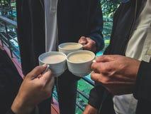 Café del tintineo de los hombres de negocios fotos de archivo libres de regalías