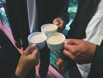Café del tintineo de los hombres de negocios imagen de archivo libre de regalías