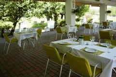Café del verano de la terraza con las tablas y las sillas para la gente, institución vacía para la reconstrucción, nadie imagen de archivo libre de regalías