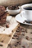 Café delicioso con los dulces en una tabla de madera foto de archivo