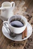 Café delicioso con los dulces en una tabla de madera fotografía de archivo libre de regalías