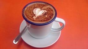 Café delicioso do cappuccino com coração do creme Imagem de Stock Royalty Free