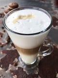 Café delicioso do latte com opinião das cookies do chocolate imagem de stock royalty free
