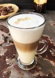 Café delicioso do latte com opinião das cookies do chocolate fotografia de stock royalty free