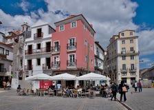 Café in der alten Stadt - Lissabon Lizenzfreie Stockfotos