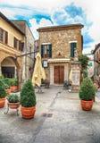 Café in der mittelalterlichen Stadt Pitigliano errichtet vom Tuffstein, Toskana, I lizenzfreies stockbild
