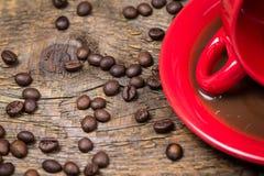 Café derramado com feijões de café Foto de Stock Royalty Free