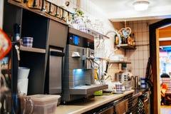 Café derrière la partie supérieure du comptoir Photo libre de droits