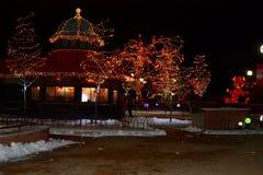 Café des historischen Wahrzeichens beleuchtet für die Feiertage Stockfoto