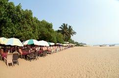 Café des Sommers im Freien am arambol sonnigen Strand lizenzfreie stockfotos