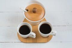 Café Deux tasses de café sur une table en bois photographie stock