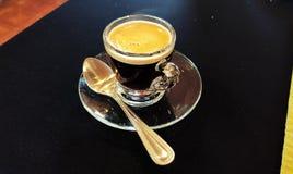 Café disparado com colher de prata Fotografia de Stock