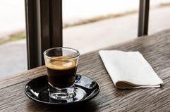 Café do único tiro na tabela de madeira Imagem de Stock Royalty Free