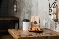 Café do americano do flatwhite do cappuccino com cookies da porca Fotografia de Stock Royalty Free