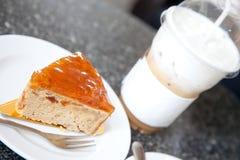 Café do bolo da manteiga e de gelo do capuchino Imagens de Stock Royalty Free