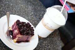 Café do bolo da uva-do-monte e de gelo do capuchino Imagens de Stock Royalty Free