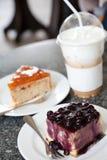 Café do bolo da uva-do-monte e de gelo do capuchino Imagem de Stock