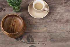 Café do café, árvore dos bonsais e bacias do bambu em um fundo de madeira da tabela Madeira escura Lugar vazio, manhã do espaço d Foto de Stock