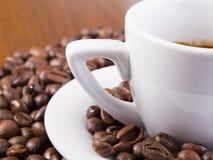 Café do café cercado com feijões de café Imagem de Stock Royalty Free