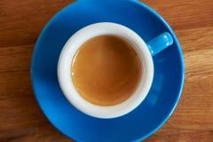 Café do café em um copo azul imagens de stock royalty free