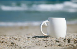 Café do café no copo branco com ondas de oceano Fotografia de Stock