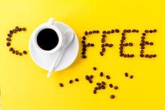 Café do café no copo cerâmico branco pequeno com feijões de café e Fotografia de Stock Royalty Free