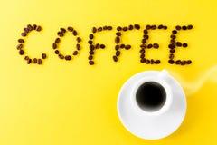 Café do café no copo cerâmico branco pequeno com feijões de café e Fotos de Stock