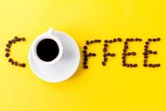 Café do café no copo cerâmico branco pequeno com feijões de café e Imagem de Stock Royalty Free
