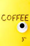 Café do café no copo cerâmico branco pequeno com feijões de café e Fotografia de Stock