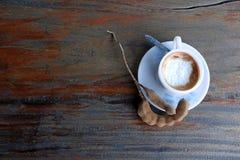 Café do cappuccino no copo branco com colher de café e tamarindo na tabela de madeira foto de stock royalty free