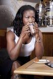 Café do copo da bebida da mulher de negócio ao pensar Fotografia de Stock