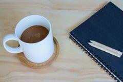Café do copo e livro de nota Fotos de Stock Royalty Free