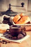 Café do copo Jpg2014102813575631838 com grão e croissant Foto de Stock