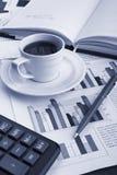 Café do copo na notícia de negócio Fotografia de Stock Royalty Free