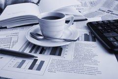 Café do copo na notícia de negócio Fotos de Stock Royalty Free