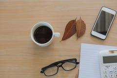 Café do copo na tabela de madeira Business Objects no escritório Fotos de Stock