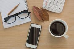 Café do copo na tabela de madeira Business Objects no escritório Imagens de Stock Royalty Free