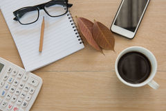 Café do copo na tabela de madeira Business Objects no escritório Foto de Stock
