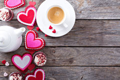Café do dia de Valentim e espaço da cópia dos queques foto de stock