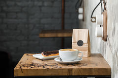 Café do flatwhite do cappuccino com eclair Fotos de Stock Royalty Free