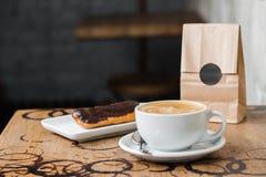 Café do flatwhite do cappuccino com eclair imagem de stock royalty free