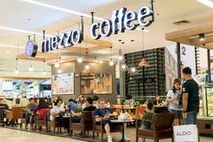 Café do Mezzo, Banguecoque, Tailândia - 5 de agosto de 2017: As cafetarias nos armazéns vendem o café caro Mas a maioria de povos foto de stock royalty free