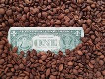 café do negócio, verso de uma nota de dólar com fundo dos feijões de café imagens de stock