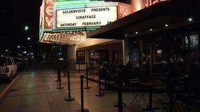 Café do passeio da cidade sob as luzes de néon vídeos de arquivo