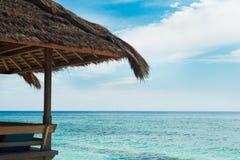 Café do pavilhão em pilhas na costa do oceano foto de stock royalty free