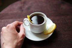 Café do romano do café com limão em um copo branco em uma tabela de madeira escura Mantenha o fim disponivel Imagem de Stock