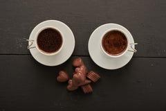 Café dos con los chocolates Imagenes de archivo