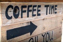 Café dos sinais em retro velho de madeira Fotos de Stock