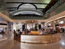 Café dos viajantes situado no terminal um do aeroporto novo de Muscat fotografia de stock