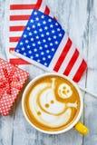 Café, drapeau des Etats-Unis et présent images libres de droits